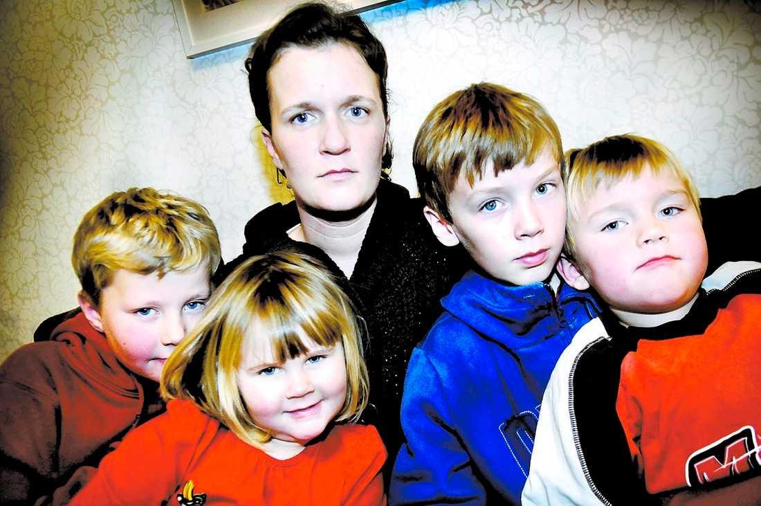 """""""Varför får vi ingen hjälp i Sverige?"""" Camilla Myske, 32, har en svår borreliainfektion sedan ett år. Den svenska behandlingen hjälper inte. Adam, 8, och Jonas, 4, är också borrelia-positiva. Nu har hon sökt hjälp hos en specialist i Tyskland som ger antibiotikabehandling i minst ett år. Johanna, 3, och Andreas, 10, är friska."""