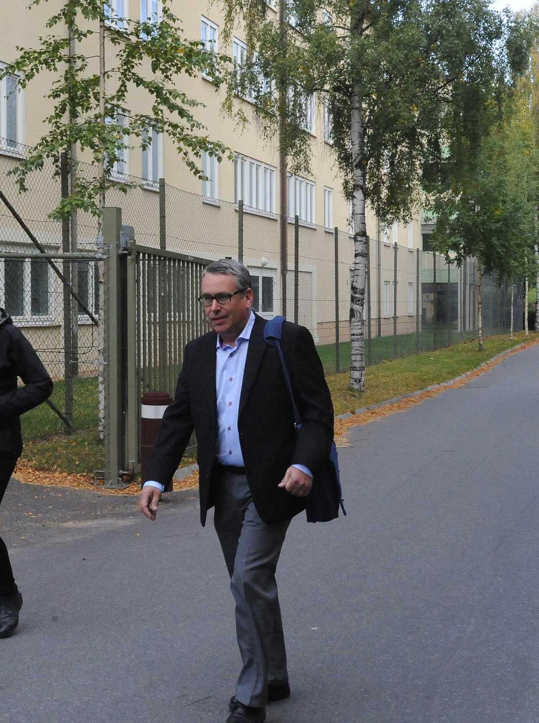 Åklagaren Ulf Back på väg in till häktningsförhandlingarna mot den 28-årige mannen. Häktningsförhandlingarna hölls på Säters sjukhus då mannen ansågs för sjuk för transport till Gävle tingsrätt.