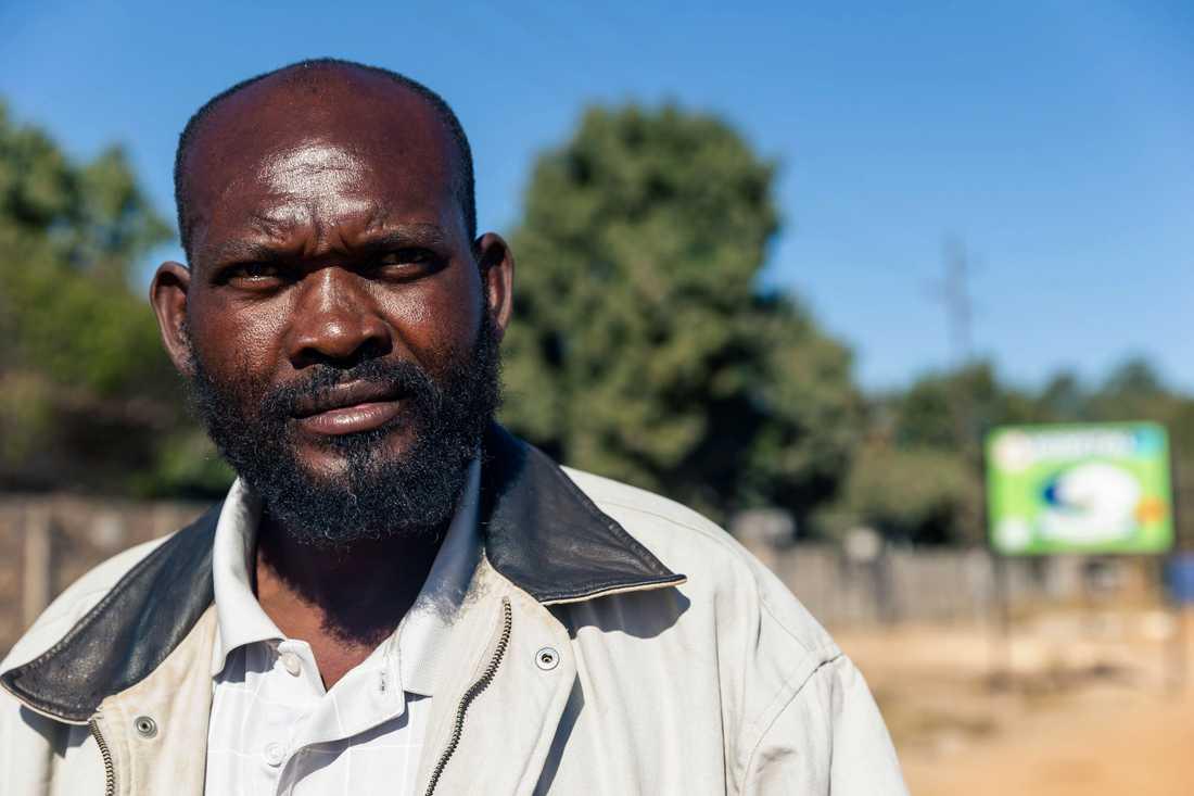 """""""Det är patetiskt"""", säger Saratiel Marandani, en 49-årig gatuförsäljare, som själv tvingades köpa det förband som hans mor som ligger på ett sjukhus i Zimbabwe måste ha."""