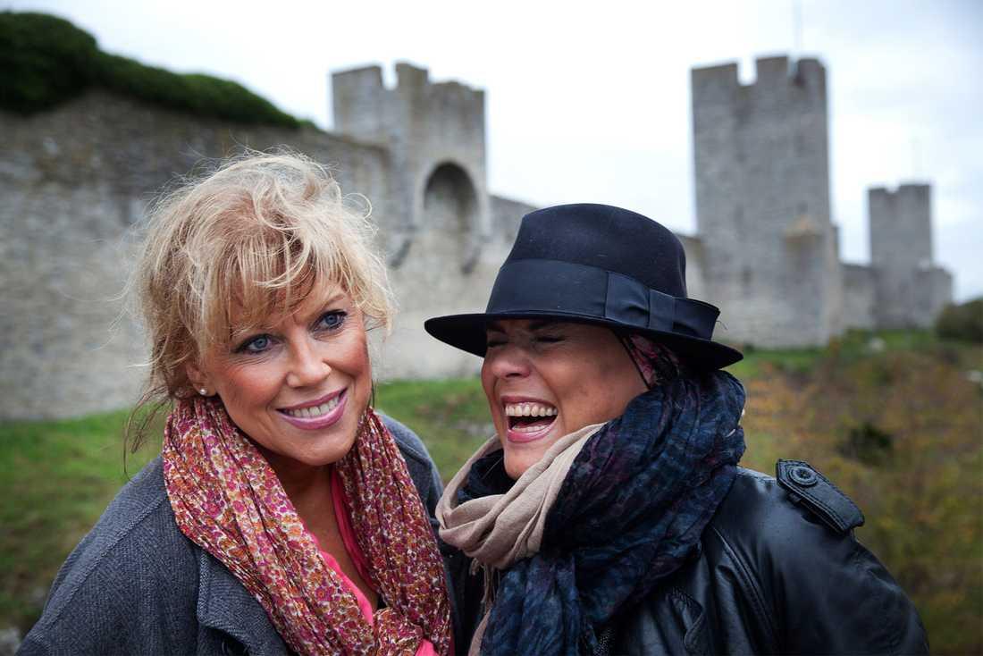 """Josefin (th) och Marie Nilsson (tv) inför premiären av sin föreställning """"Systrarna sisters""""."""