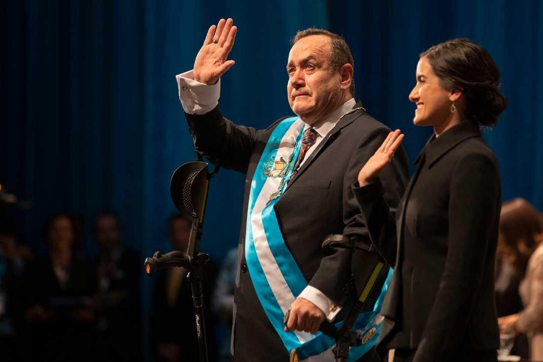 Alejandro Giammattei svär presidenteden i Guatemala City.
