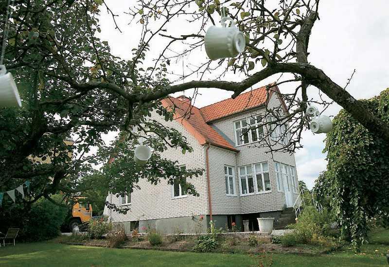 Utifrån ser Josses och Andreas hus inte mycket ut för världen men när vi kliver över tröskeln möts vi av ett underbart vackert och personligt hem.