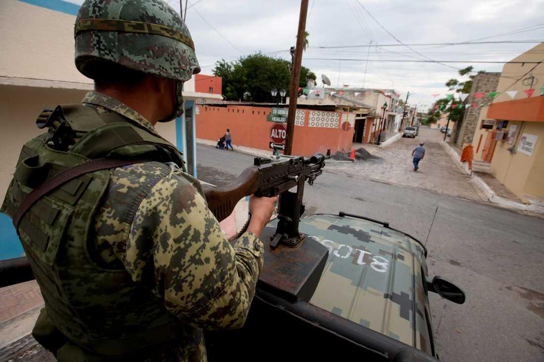 En soldat bevakar gator i den våldsdrabbade delstaten Tamaulipas i norra Mexiko. Arkivbild.