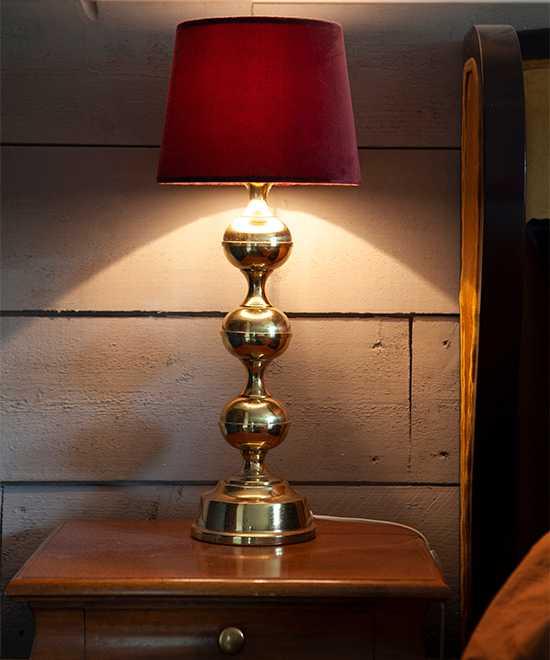 Mysigt sken från nattduksbordslampan. Lampan är köpt på loppis och har en ny skärm från Gekås Ullared.