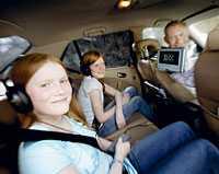 Både Filippa och Freja tycker att bilsemestrarna blivit roligare sedan pappa Göran satte in en bärbar dvd-spelare i bilen.