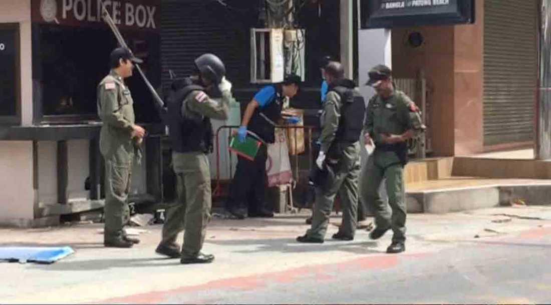 Utredare vid bombplatsen i Patong på Phuket.