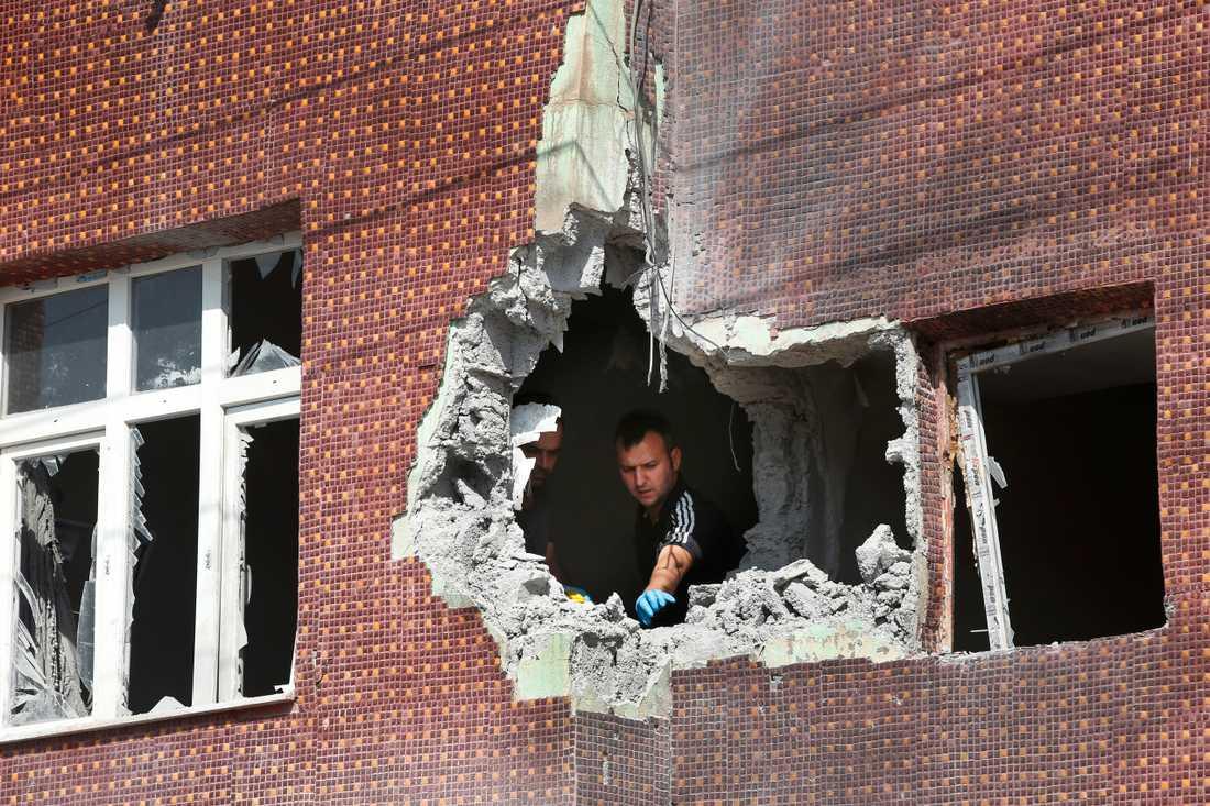 Ett hus träffat av granatkastare i staden Akcakale, Turkiet, alldeles intill gränsen mot Syrien.