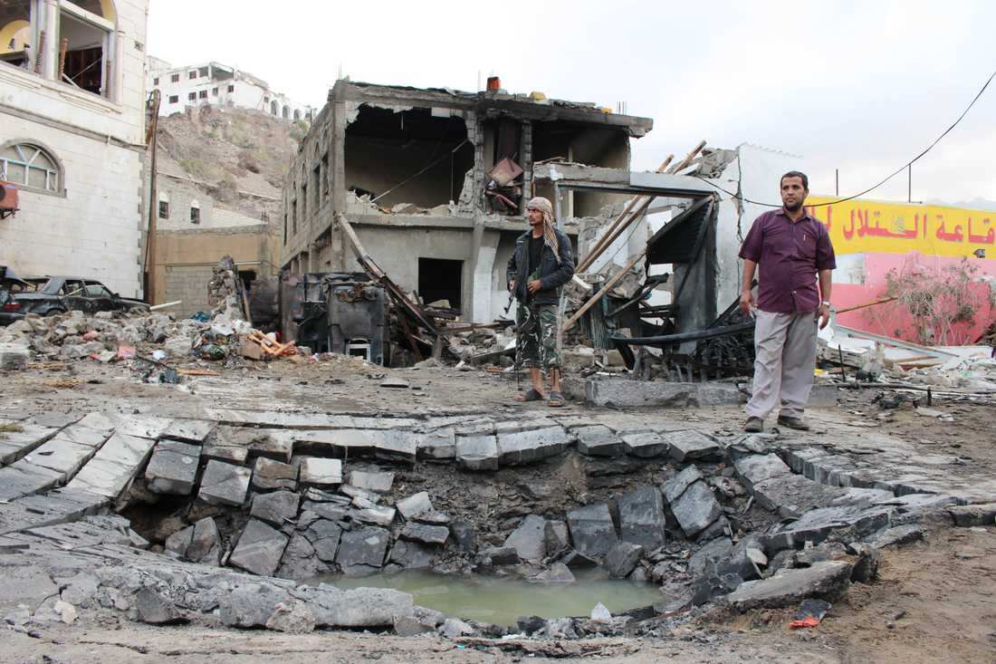 Förödelsen är stor i det krigshärjade Jemen. Bilden är tagen efter en bilbombsexplosion i hamnstaden Aden, sydost om Mocka som nu skakats av ett bombdåd. Arkivbild.