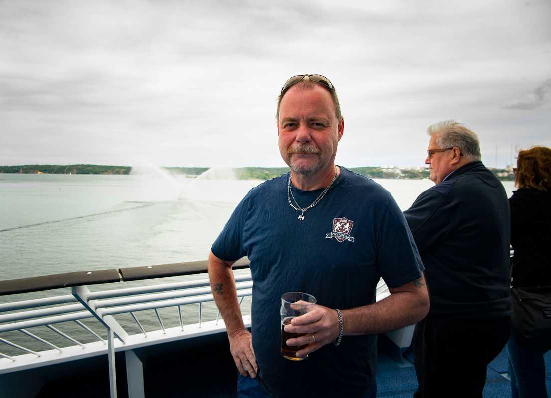 Peter Karlsson, 57, var inte den enda som rördes till tårar av vattenkanonerna. Flera i besättningen grät när de fick se spektaklet, av lättnad att äntligen vara på havet igen.
