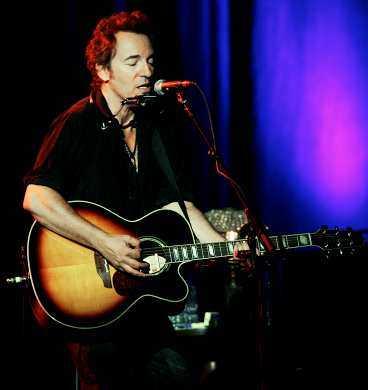 """SJÄLFULLT Han trollbinder som vanligt med små medel. Men allra hårdast träffar """"Incident on 57th street"""" som Springsteen tillägnar ett fan som nyligen gått bort i en hjärtsjukdom."""