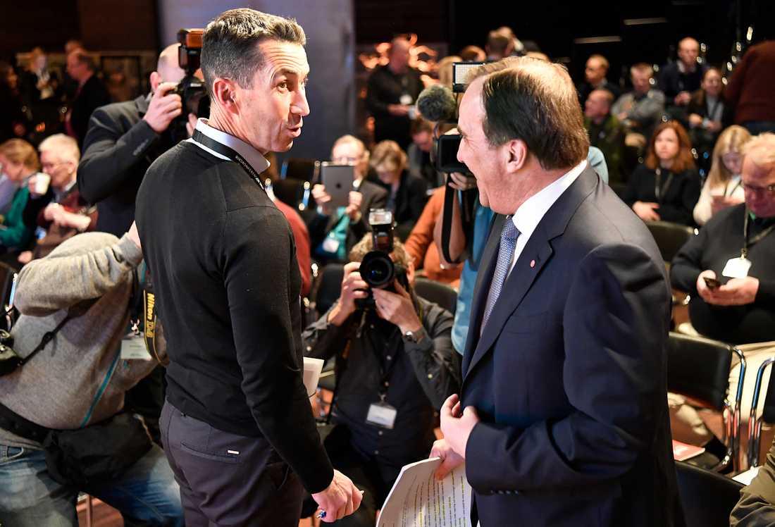 Överbefälhavare Micael Bydén i samspråk med statsminister Stefan Löfven.