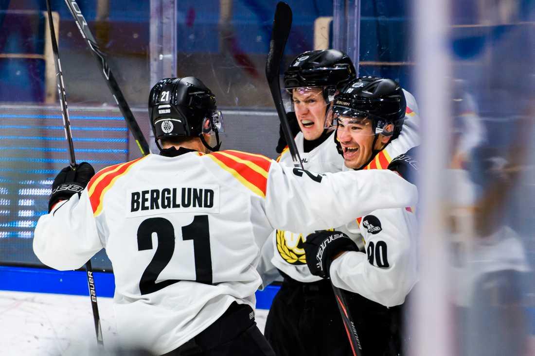 Linus Ölund (mitten) gratuleras av lagkamrater efter 1–2.