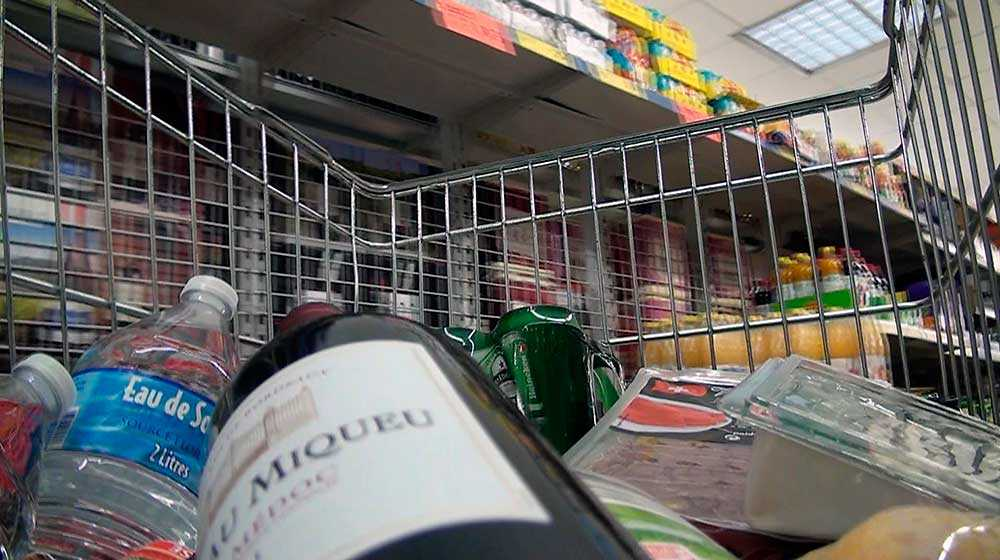 """STORHANDLADE Inför arbetsveckan passade delegaterna på att bunkra upp med varor till hemmet. På inköpslistan stod bland annat två flaskor vodka, gåslever, franska ostar, lufttorkad skinka och fyra flaskor vin, avslöjar """"Uppdrag granskning""""."""