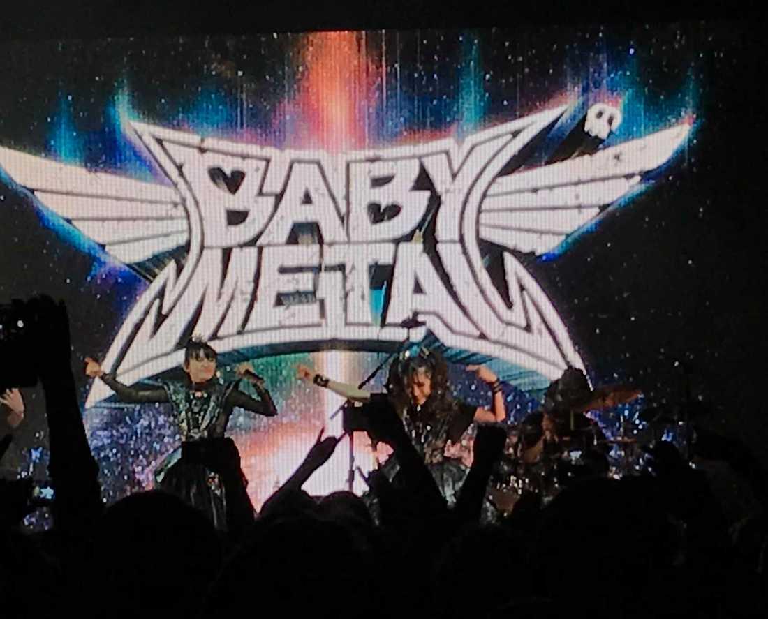 Ett suddigt Babymetal - på håll. På grund av orimliga fotoregler kunde Aftonbladet inte skicka fotograf till konserten.