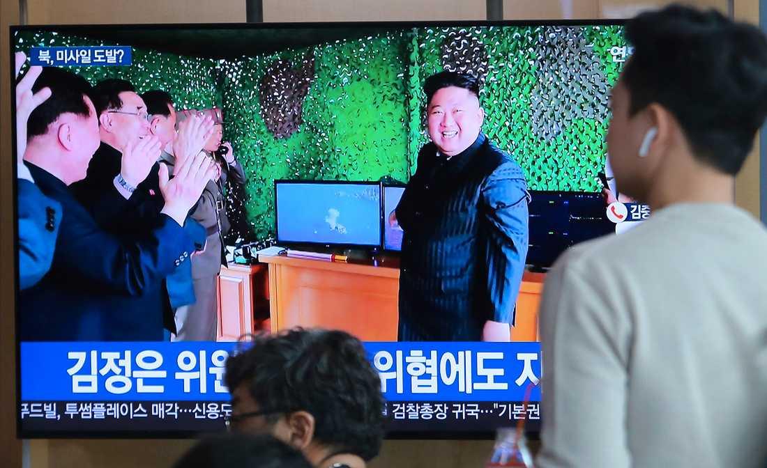 En leende Kim Jong-Un i samband med en robotuppskjutning i Nordkorea i maj i år. Arkivbild.