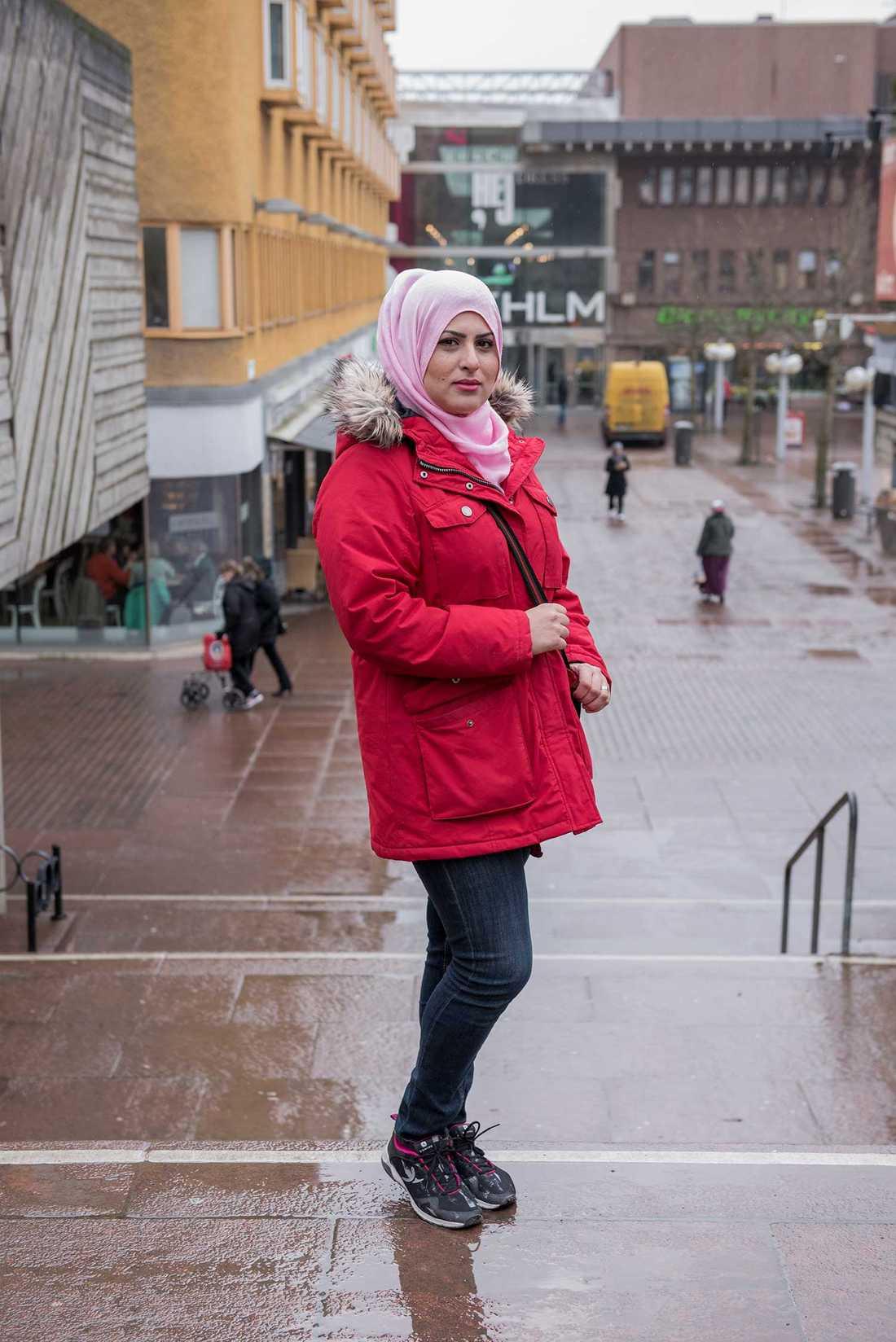 """""""Många jobbar svart i Skärholmen. Det är jättetråkigt"""", säger Sara Al-Tawil."""