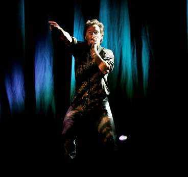 allsång på hovet Bruce Springsteen har flera överraskningar i låtlistan på sin andra Sverigekonsert - och sjunger Helan går med publiken.