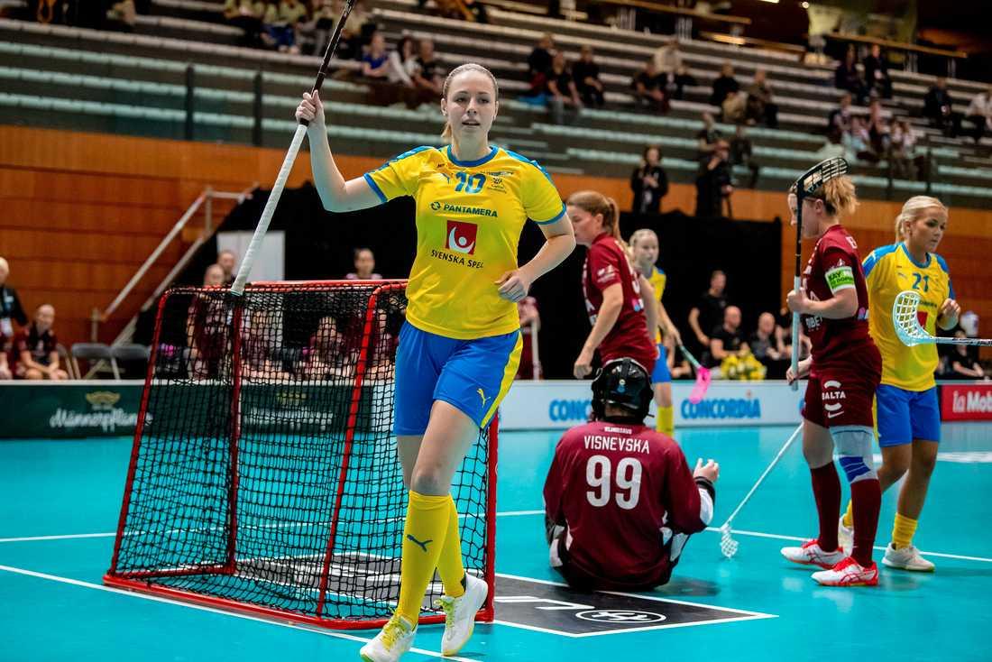 Stephanie Boberg jublar efter ett av Sveriges 16 mål i storsegern mot Lettland under innebandy-VM i Schweiz.