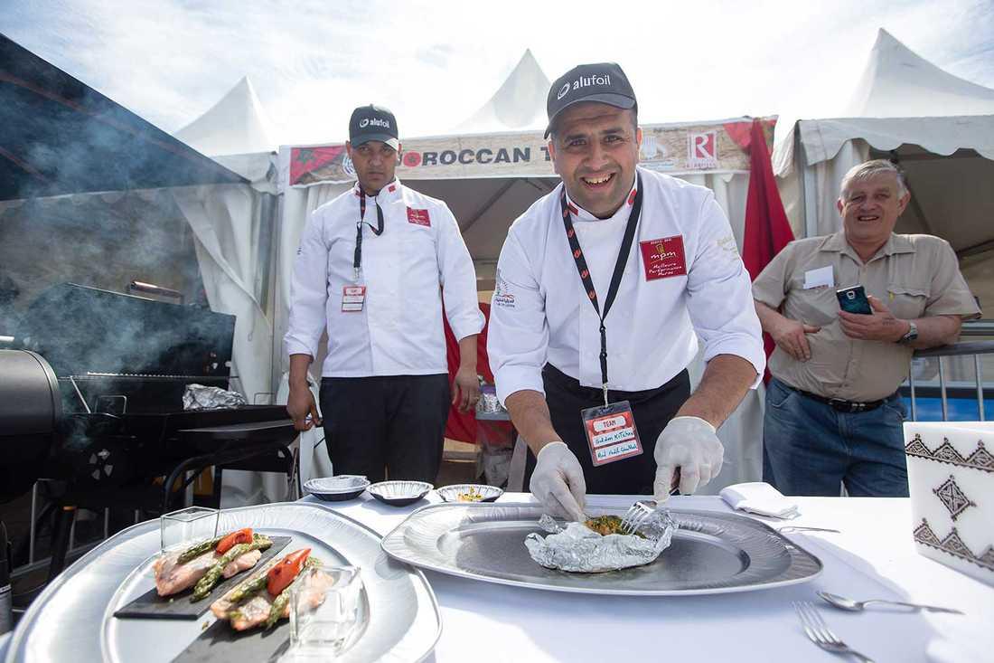 """Marockanska laget """"Kom och smaka!"""" Mohamed Fadil Ouahhali och Fakhri Abdessamad i marockanska laget Golden kitchen bjuder på sin tävlingsrätt lax med örtigt kryddtäcke i snygga snäckformade skålar. Provsmakandet lyfter faktiskt Grill- och BBQ-VM högt över andra världsmästerskap."""