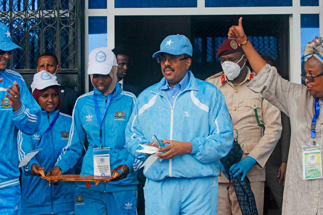 Somalias president Mohamed Abdullahi Mohamed, i mitten, under nyinvigningen av Mogadishus stadion, som likt nationalteatern också nyligen byggt om, i tisdags.