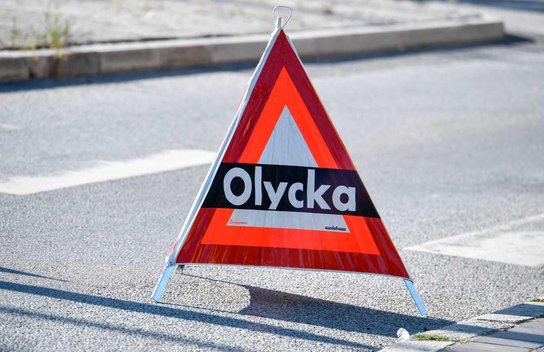 En lastbil har tappat sin last – bestående av sill – norr om Lysekil.
