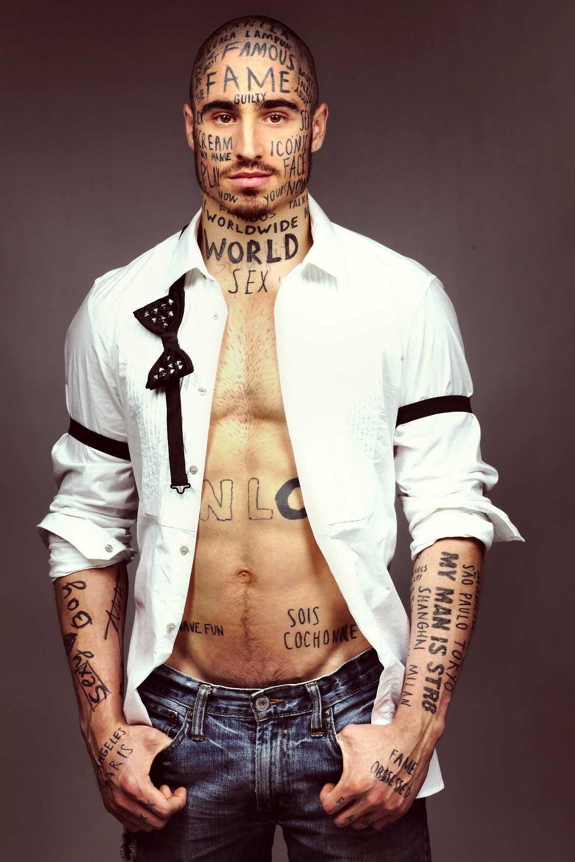 Förutom tatueringarna i ansiktet så har han också gaddat in hårstrån på sitt bröst.