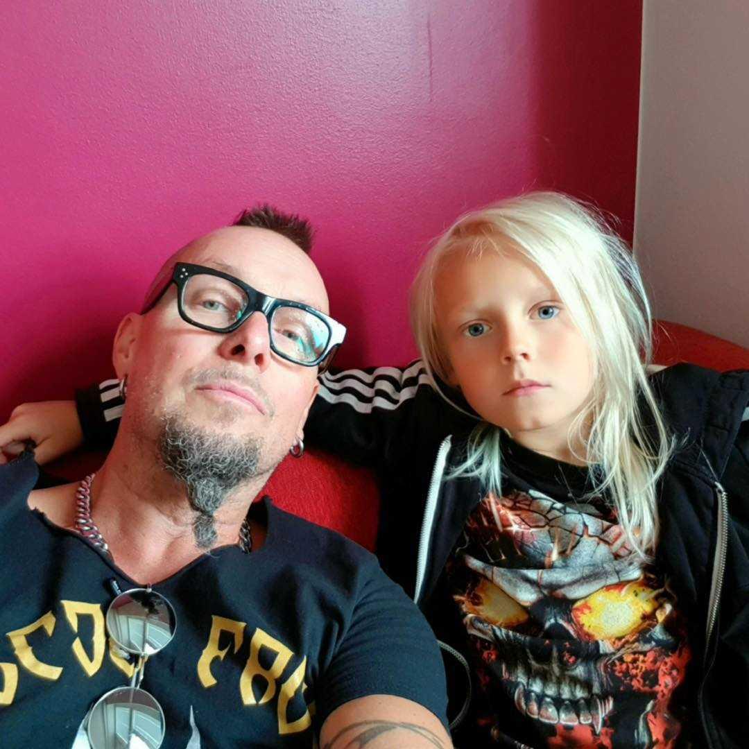 Pappa Per Lenner, manager och basist, tillsammans med Oden på trummor och sång.