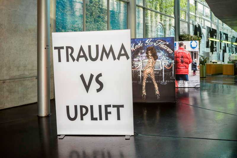 Installationsbild LIT, fotografier av Martine Syms, Akeem Smith och Bjarne Melgaard. Foto: TIMO OHLER