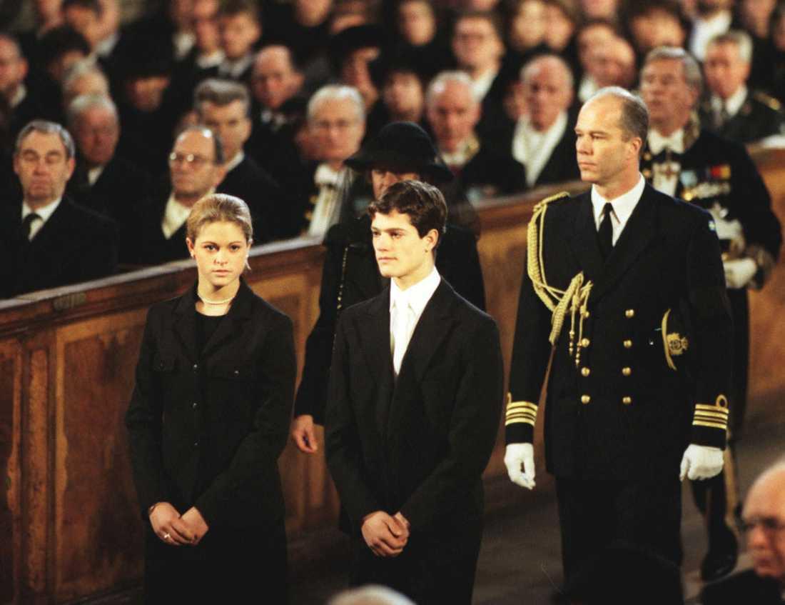 På begravning Prins Bertils begraving 1997, prinsessan Madeleine och prins Carl Philip slår följe in i kyrkan. Bakom dem syns en adjutant. Prins Bertil var prinsens gudfar.