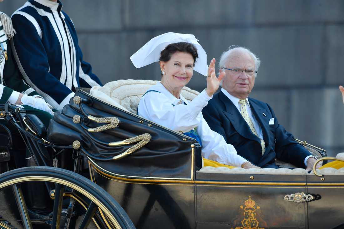 En parlamentarisk kommitté ska undersöka om det går att minska antalet personer i kungafamiljen som förväntas synas utåt, stå för de kungliga plikterna och få skattemedel för det. Arkivbild.