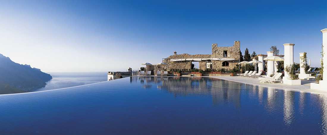 HOTEL CARUSO BELVEDERE, RAVELLO, ITALIEN Oändlighetspool med en vidunderlig utstikt över byn Ravello och den vackra Amalfikusten. En dos kultur kryddar badet, då bassängen är omgiven av tusen år gamla ruiner. Mer info: www.hotelcaruso.com