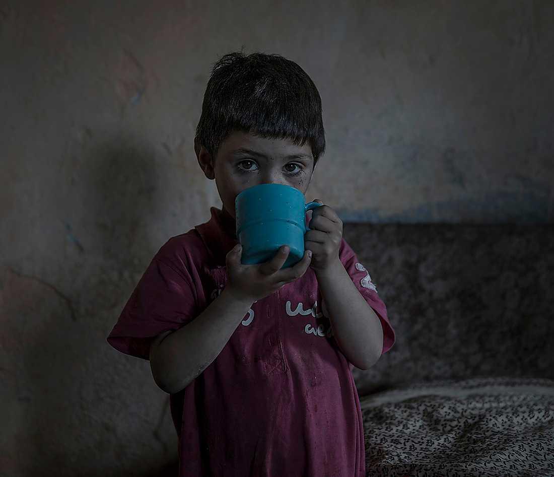 LEVER I MISÄR Bilderna från romernas liv i Rumänien konfronterar oss med en fattigdom vi bara trodde existerade i u-länder, inte mitt i Europa.