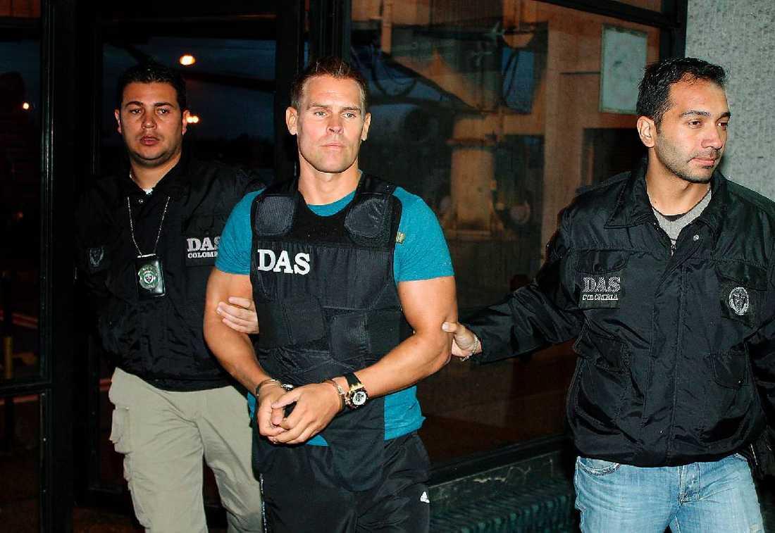 GREPS I COLOMBIA  Jonas Oredsson, 39, grips av colombiansk polis i december 2010, misstänkt för att leda en stor drogliga. Nu pekas han ut som hjärnan bakom den stora kokainsmugglingen.