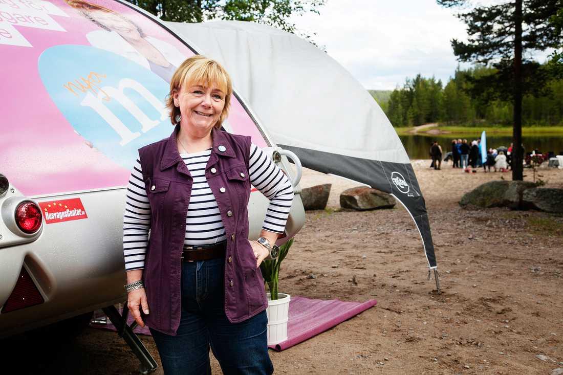 """Hemstaden Sveg blev första stoppet när justitieminister Beatrice Ask (M) började sin valturné i onsdags – i en rosa husvagn.""""Jag har alltid jobbat med kvinnofrågor så då är det självklart att använda den färgen,"""", säger hon."""