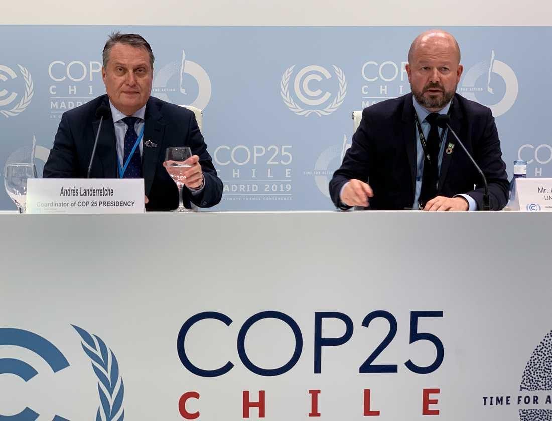Andrés Landerretche (talesperson för COP25-ordförande Carolina Schmidt) och Alexander Saier (presstalesman för UNCCC) säger att nya kompromissförslag med höjd ambitionsnivå ska presenteras.