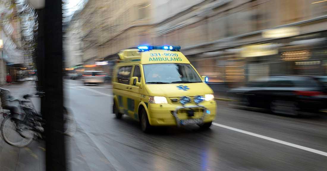 Mannen fördes med ambulans till sjukhus med hans liv gick inte att rädda.