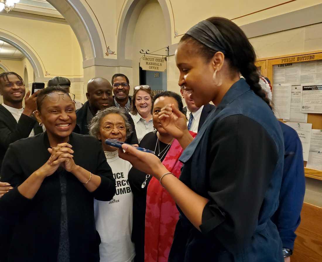 Maya Moore, höger, i samtal med Jonathan Irons efter frikännandet i mars i år. Arkivbild.