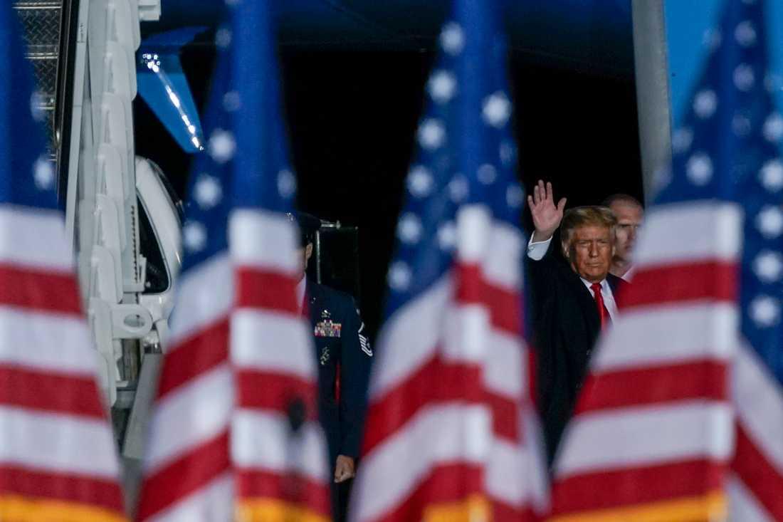 USA:s president Donald Trump vinkar till anhängare tidigare under torsdagen.
