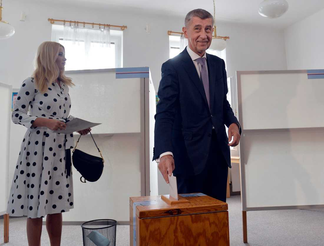 Tjeckiens premiärminister Andrej Babis bedöms ha lett landets största bolagskoncern, som tagit emot stora bidrag, samtidigt som han lett landet. Många bolag skrevs över på hans fru (till vänster) för att reglerna skulle följas. Arkivbild.