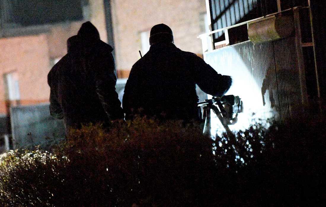 Polisens kriminaltekniker undersöker tidigt på fredagsmorgonen platsen för en av skjutningarna i Malmö.
