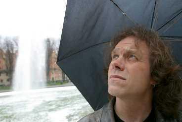 """""""det är för dåligt"""" Meteorolog Pär Holmgren är förvånad, men också inte. """"Alla väderprognoser är mer eller mindre fel. Det går inte att förutspå exakt hur vädret ska bli"""", säger han."""