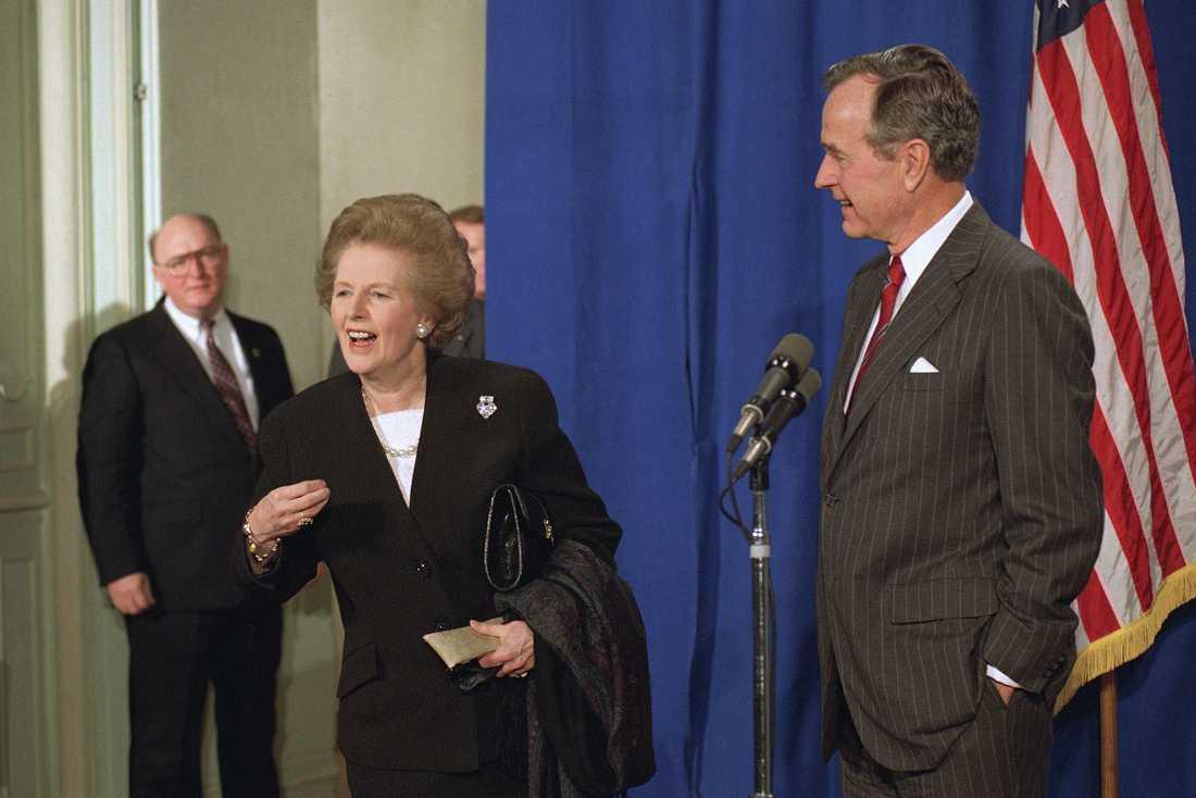George Bush med Storbritanniens dåvarande premiärminister Margaret Thatcher i Paris 1990.