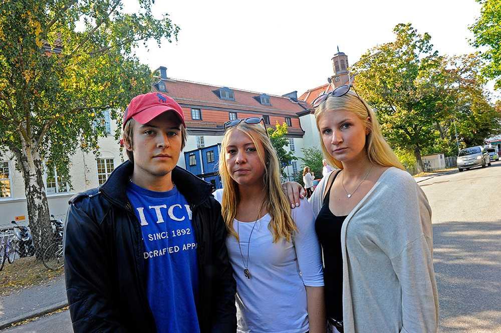 Tim Sköld, Jenifer Aspe och Hannah Martin går på skolan. Ingen av dem har fått någon information om vad som händer på skolan.
