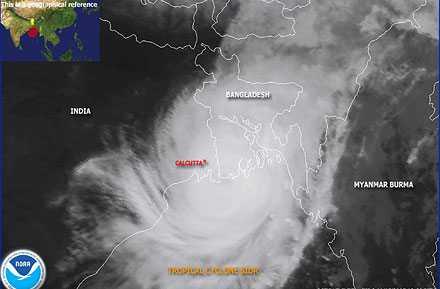 På väg mot land Cyklonen Sidr, på väg mot nordöstra Indien, har en diameter på ungefär 50 mil, med en mur av moln ungefär 20 mil hög.
