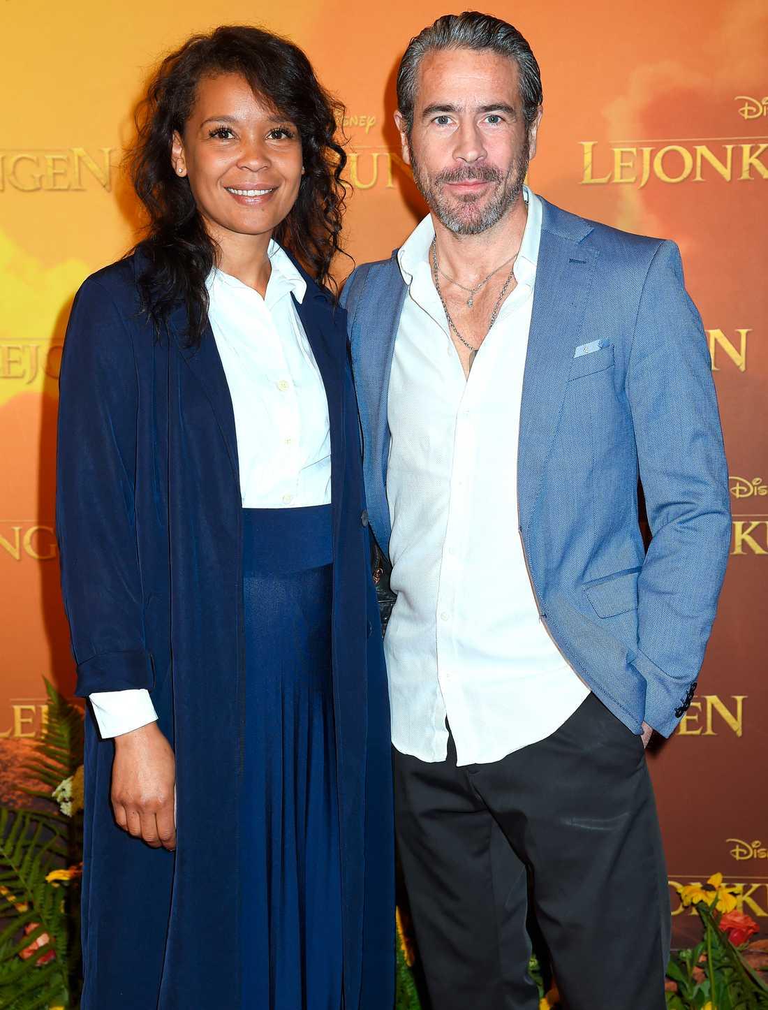 """Ola Rapace med sin fru Sonja Jawo hade kommit för att se nya """"Lejonkungen""""."""