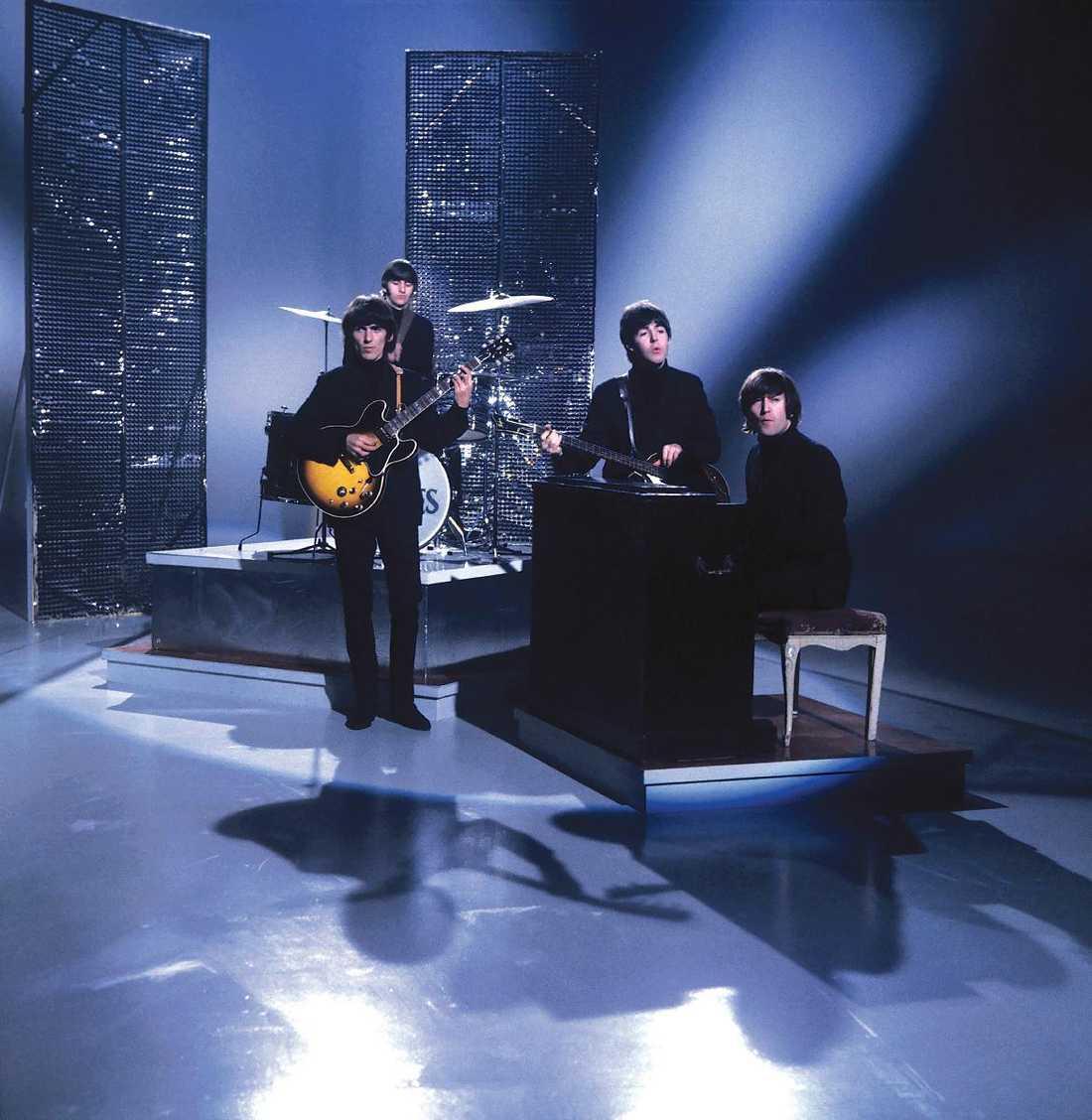 I början av karriären uppträdde The Beatles flitigt i olika tv-program, här med John Lennon på keyboard.