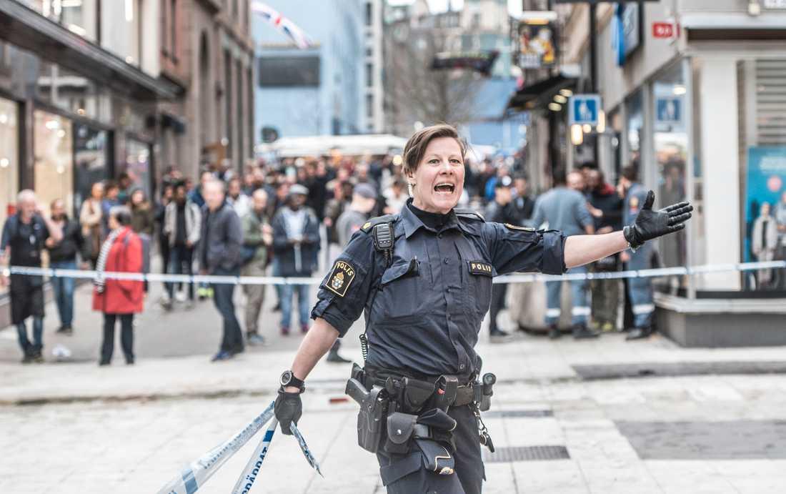 En stor del av Stockholm city spärrades snabbt av efter attacken.