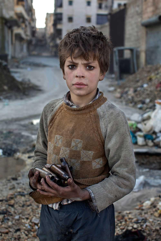 NICLAS HAMMARSTRÖM Nioåriga Alladin samlar tomhylsor vid frontlinjen som han sedan säljer på metallmarknaden.