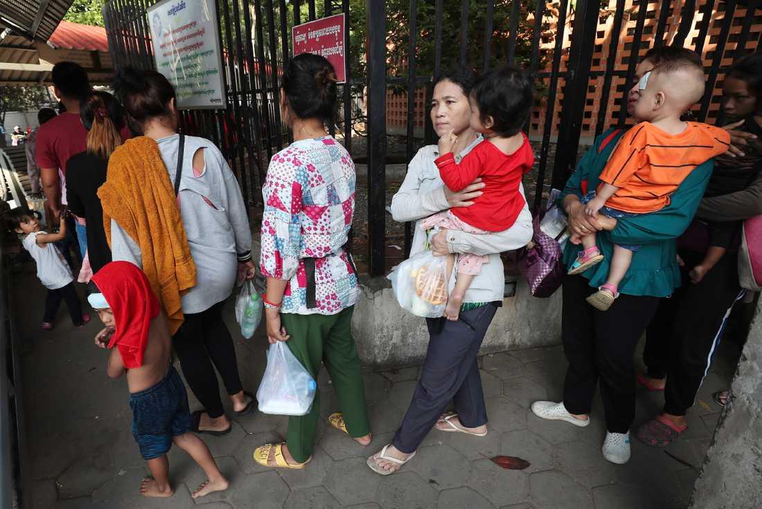 Kambodja är ett av de länder som drabbats av utbrott av denguefeber. Här köar människor för att göra hälsokontroll vid barnsjukhuset Kuntha Bopha i huvudstaden Phnom Penh. Bilden är från den 10 juli.