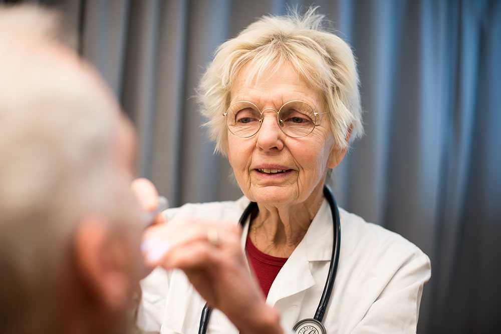 – Våra patienter saknar försäkringar och EU-kort och har då inte möjlighet att få hjälp inom den vanliga sjukvården. Ofta kommer de från ett så kallat tredjeland, det vill säga utanför EU, berättar läkaren Inger Gretzer Qvick, 76.